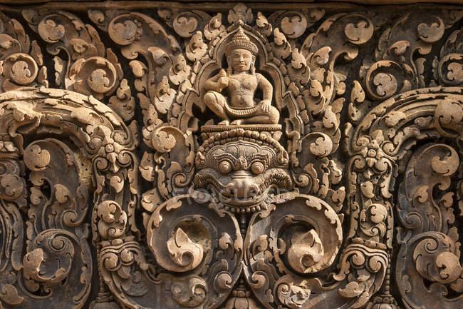 Bassorilievo di Shiva montato su Kala a Banteay Srei; Angkor, Siem Reap, Cambogia — Foto stock