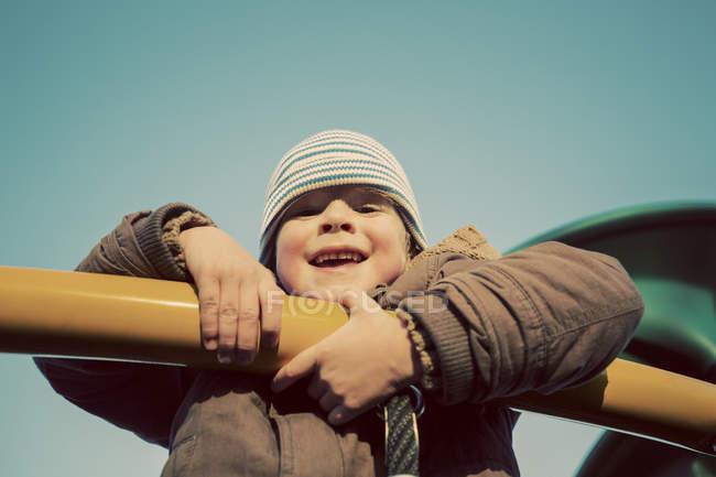 Ritratto di un giovane ragazzo che gioca su attrezzature da gioco — Foto stock