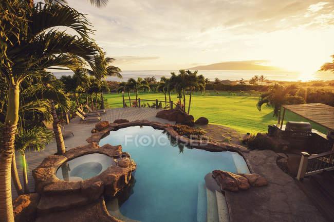 Шикарный дом с бассейном на закате — стоковое фото