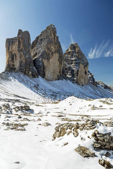 Великолепный горный шпили на вершине снежк покрынными скалистом плато и голубое небо; Сесто, Больцано, Италия — стоковое фото
