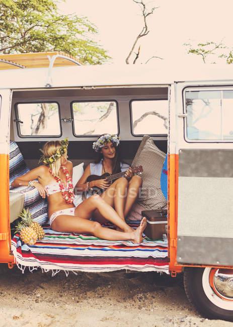 Пляж способу життя. Красиві серфер молодих дівчат з весело висячі виходити в Vintage серфінгу Ван. Найкращі друзі. — стокове фото