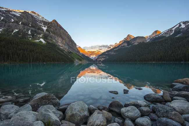 Sunrise at Lake Louise in the Rocky Mountains, Banff National Park; Lake Louise, Alberta, Canada — Stock Photo