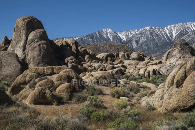 Formazioni rocciose in Alabama Hills con cielo blu; California, Stati Uniti d'America — Foto stock