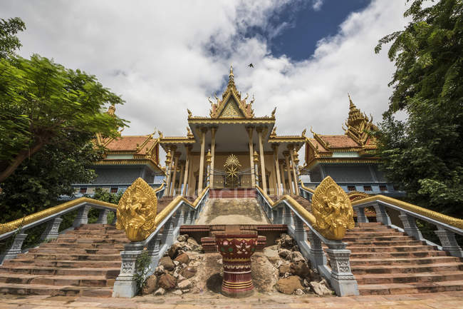 Vista de baixo ângulo do tempel, Wat Samrong Knong; Battambang, Camboja — Fotografia de Stock