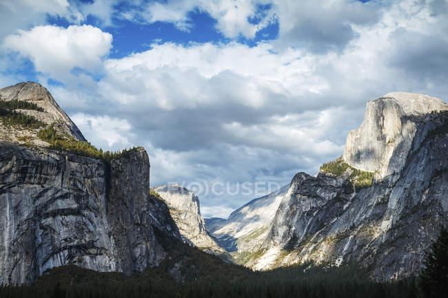 Half Dome Landschaft, Yosemite Nationalpark; Kalifornien, Vereinigte Staaten von Amerika — Stockfoto