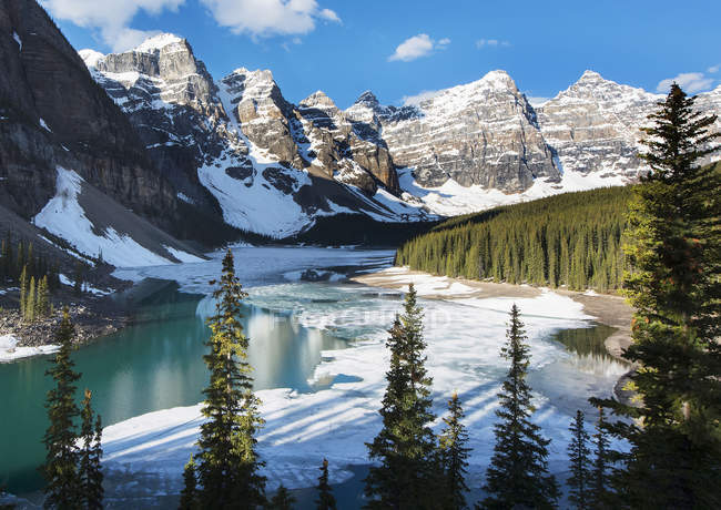 None Snow and ice on Moraine Lake with snow on the Rocky Mountains near Lake Louise, Banff National Park; Alberta, Canada — Stock Photo