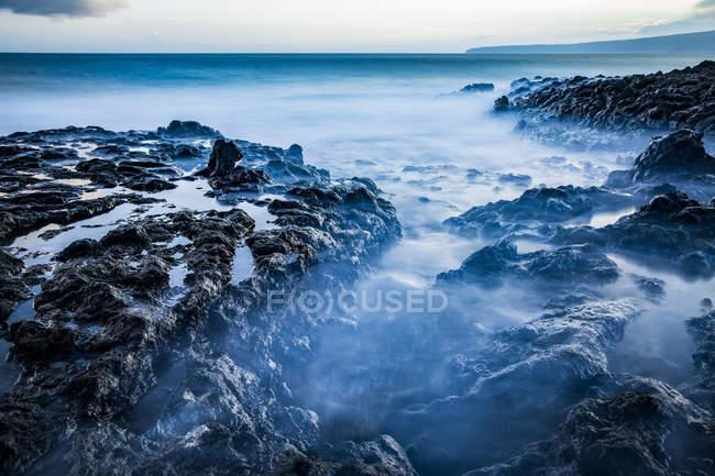 Langzeitbelichtung der Gezeiten-Pools entlang der Küste und einen Blick auf den Pazifischen Ozean; Makawao, Maui, Hawaii, Vereinigte Staaten von Amerika — Stockfoto