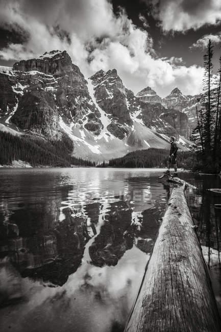 Acidentada picos das montanhas rochosas refletida em um lago no Parque Nacional de Banff, Alberta, Canadá — Fotografia de Stock