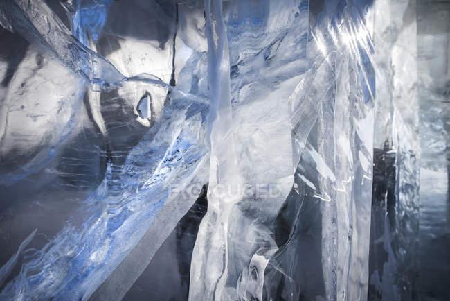 Primo piano di crepe in un blocco di ghiaccio; Winnipeg, Manitoba, Canada — Foto stock