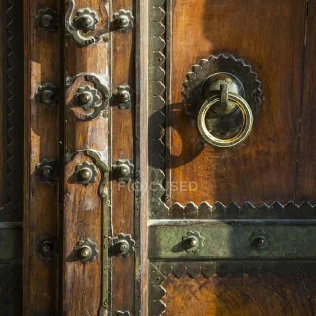 Металлические декоративные детали на деревянной двери, Форт Амер; Джайпур, Раджастан, Индия — стоковое фото