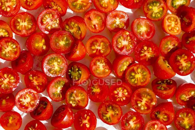 Close-up de tomates cereja cortados pela metade — Fotografia de Stock