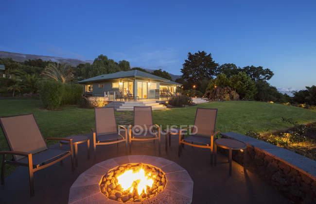 Luxury Backyard Fire Pit At Sunset — Stock Photo