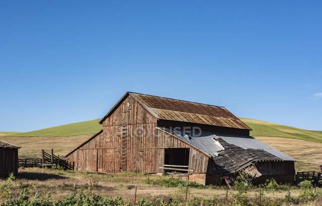 Un vecchio fienile decrepito con tetto in rovina, Washington orientale; Dayton, Washington, Stati Uniti d'America — Foto stock