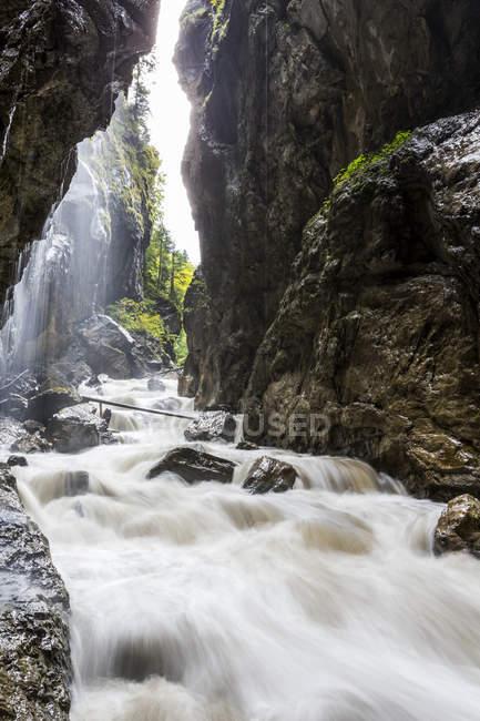 Reißender Fluss, eingerahmt von steilen Schlucht Wände; Grainau, Bayern, Deutschland — Stockfoto