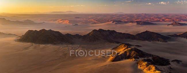 Vista aérea das dunas de areia do deserto do Namibe, ao nascer do sol; Sossusvlei, região de Hardap, Namíbia — Fotografia de Stock