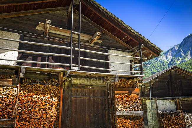 Historic wooden buildings at village of Praz de Fort, Swiss Val Ferret, Alps; Praz de Fort, Val Ferret, Switzerland — Stock Photo