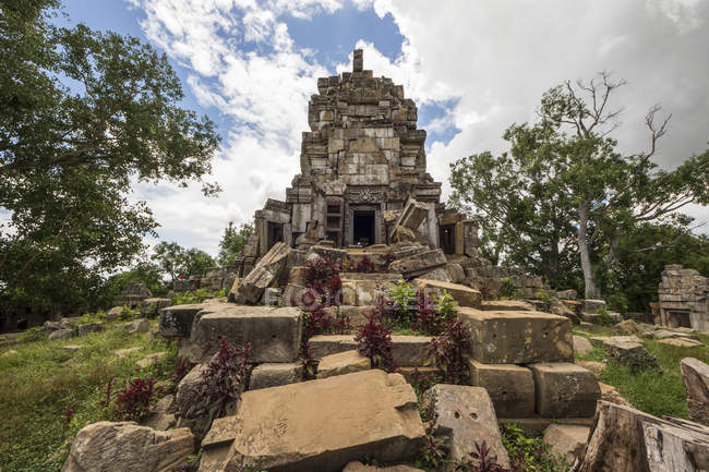 Central tower of the ancient Angkorian temple at Wat Ek Phnom; Battambang, Cambodia — Stock Photo