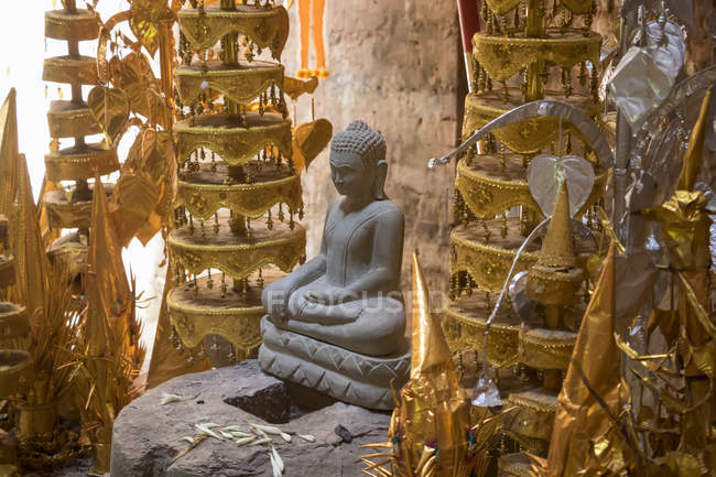Buddhist shrine in the interior of a tower in Prasat Yeah Puon, the South Group, Sambor Prei Kuk; Kompong Thom, Cambodia — Stock Photo