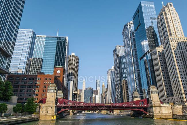 No centro da cidade edifícios de Chicago como visto do Rio Chicago Lasalle Street; Chicago, Illinois, Estados Unidos da América — Fotografia de Stock