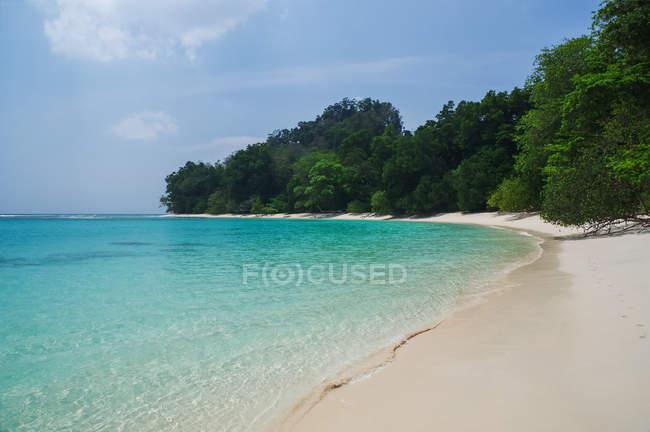 Тропический пляж с белым песком, Голубое небо и бирюзовой водой; Андаманские острова, Индия — стоковое фото