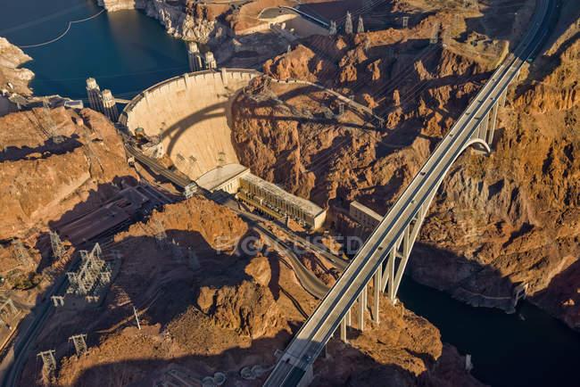 Вид с воздуха плотины Гувера и проезжей части; Лас-Вегас, штат Невада, Соединенные Штаты Америки — стоковое фото