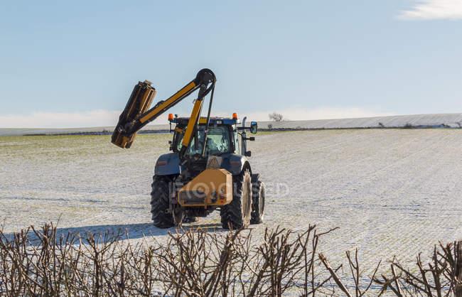 Tagliasiepi per trattori in procinto di tagliare in inverno una siepe boudary ai margini del campo di Flodden, Northumberland settentrionale; Northumberland, Inghilterra — Foto stock