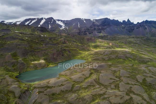 Bergsee im ländlichen Norden Islands; Island — Stockfoto