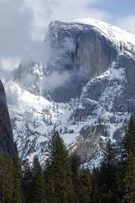 Half Dome de neige en hiver, la vallée d'Yosemite, Yosemite National Park; Californie, États-Unis d'Amérique — Photo de stock