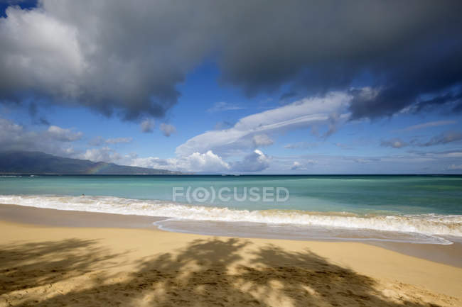 Rainbow over ocean and Baldwin Beach, on the North shore of Maui; Paia, Maui, Hawaii, Estados Unidos da América — Fotografia de Stock
