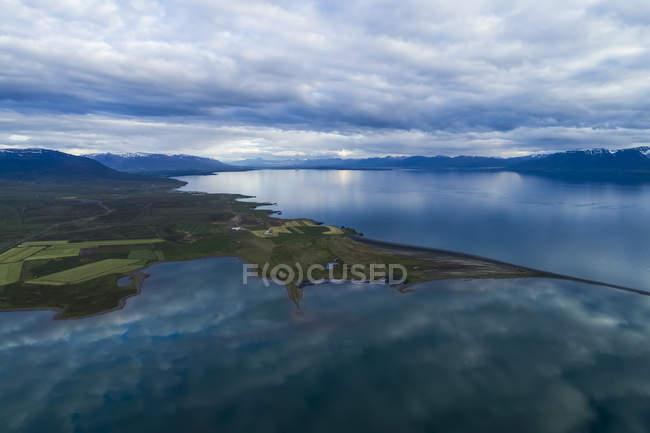 Живописный ландшафт Северной Исландии вдоль побережья под облачным небом; Hofsos, Исландия — стоковое фото