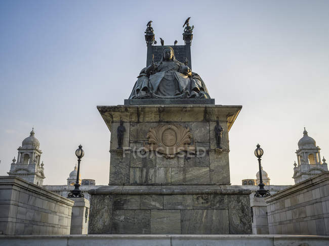 Статуя королевы Виктории на Виктория Мемориал, посвященный памяти королевы Виктории; Калькутта, Западная Бенгалия, Индия — стоковое фото