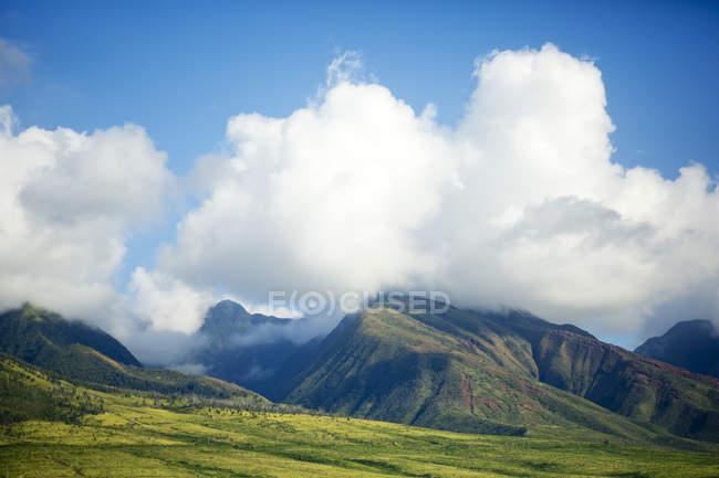 West Maui Mountains betrachtet aus einem Gebiet in der Nähe von Olowalu; Maui, Hawaii, Vereinigte Staaten von Amerika — Stockfoto