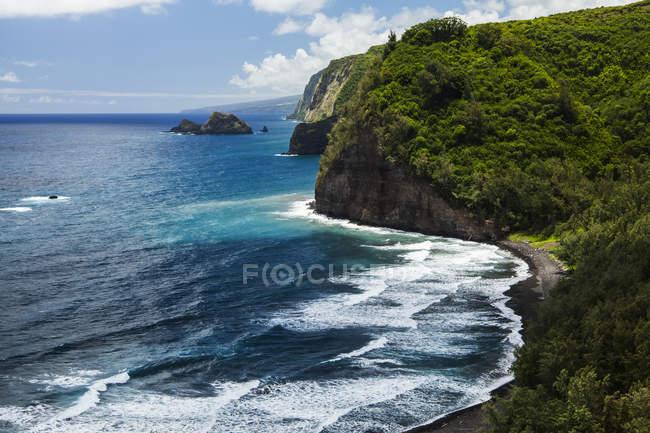 Vista panorámica de la costa de Hamakua desde un mirador del sendero, Valle de Pololu, Kohala del norte, isla de Hawai, Hawai, Estados Unidos - foto de stock