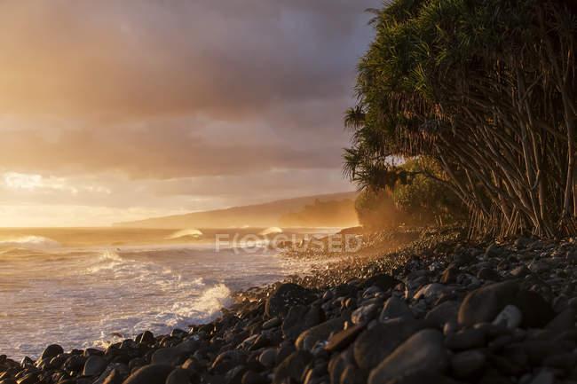 Vista panorámica de la costa de Hamakua en salida del sol, Valle de Lapahoehoe Nui, isla de Hawai, Hawai, Estados Unidos de América - foto de stock