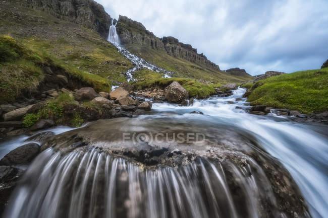 Смазывание проточной воды на водопад возле Djupavik; Фьорды Западной, Исландия — стоковое фото