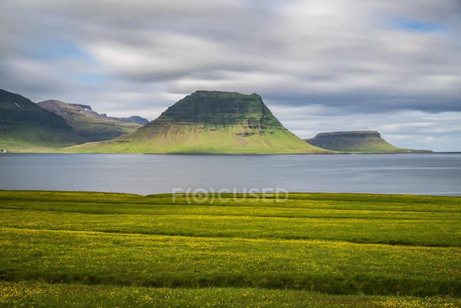 Kirkjufell aus der Ferne mit einer langen Belichtungszeit, Snaefellsness Halbinsel gesehen; Island — Stockfoto