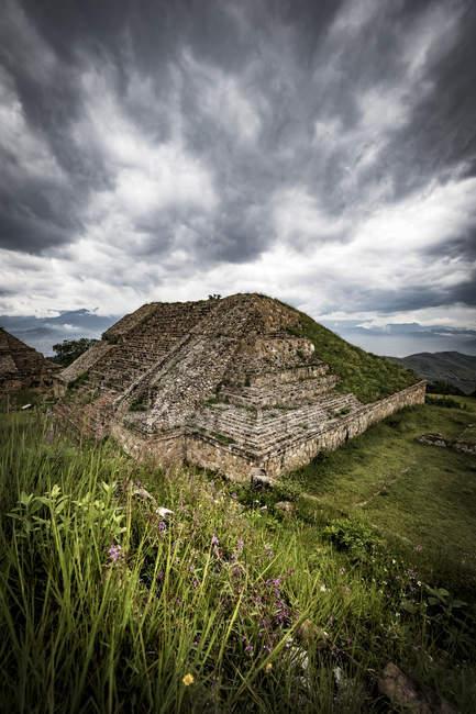 Zona arqueológica de Monte Albán perto da cidade de Oaxaca, Monte Albán, Oaxaca, México — Fotografia de Stock