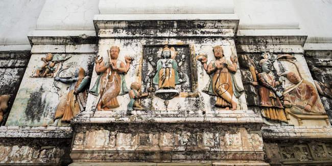 Uma parede resistida, decorada com figuras indianas e Hindu tradicionais; Rishikesh, Uttaranchal — Fotografia de Stock