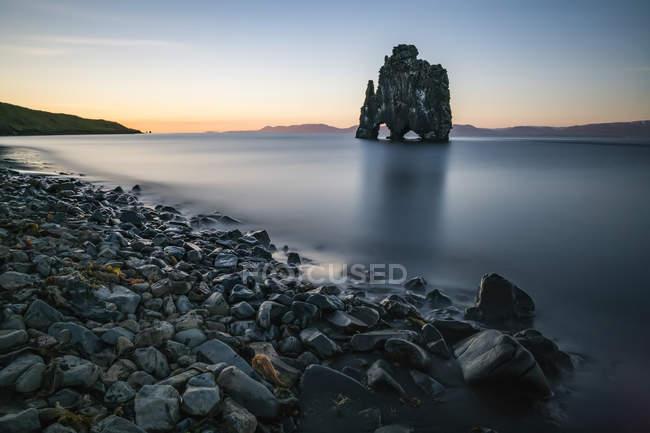 Скальные образования, известные как Хвитсеркур, на закате, Северная Исландия; Исландия — стоковое фото