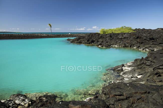 Мальовничий вид на знаменитий солонуватою cove, Kiholu Bay, регіоні Kohala ПБК, острові Гаваї, Гаваї, США — стокове фото