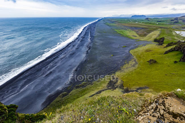 A vista do topo de procura turística em Dyrholaey perto de Vik, sul da Islândia — Fotografia de Stock