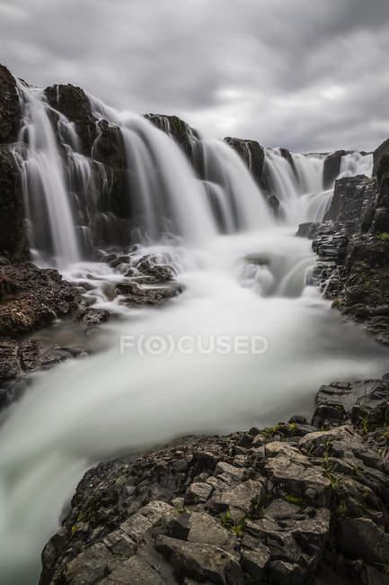 Kleiner Wasserfall in der ländlichen Gegend von Nordisland; Island — Stockfoto