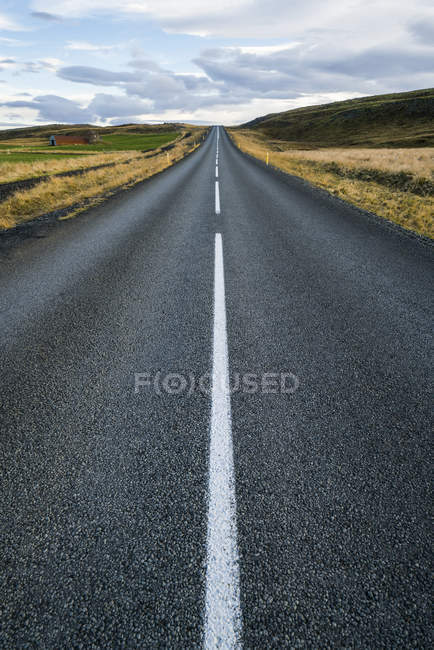Carretera que conduce a la distancia; Islandia - foto de stock