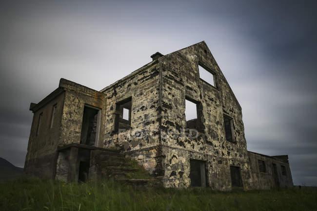 Casa abbandonata lungo la costa della penisola di Snaefellsness in una lunga esposizione; Islanda — Foto stock