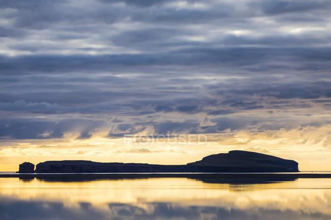 Tramonto su un'isola vicino a Hofsos, Islanda settentrionale; Hofsos, Islanda — Foto stock