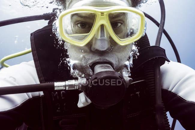Ritratto di giovane subacqueo maschio — Foto stock