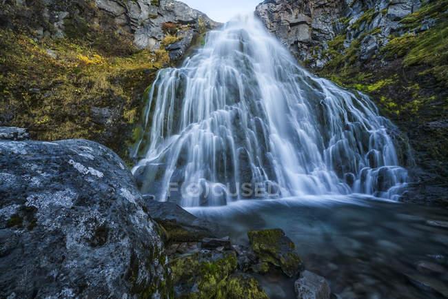 Водопад вдоль дороги; Западные Фьорды, Исландия — стоковое фото