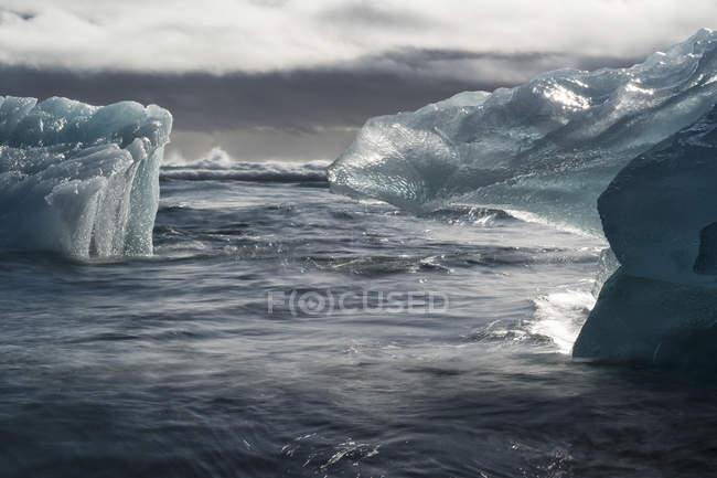 Jokulsarlon, uma grande lagoa cheia de icebergs ao longo da costa sul da Islândia; Islândia — Fotografia de Stock