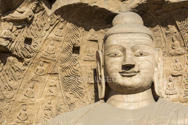 Tallado estatuas budistas en las grutas de Yungang, grutas de templo budista chino antiguo cerca Datong; China - foto de stock
