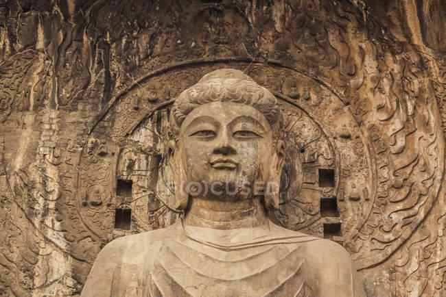 Las cuevas de Longmen, algunos de los mejores ejemplos del arte budista chino, cubierta de decenas de miles de estatuas de Buda y sus discípulos; Luoyang, provincia de Henan, China - foto de stock